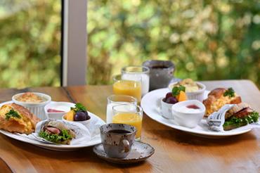 納得の食事夕食は鉄板焼き&朝食はホットサンド
