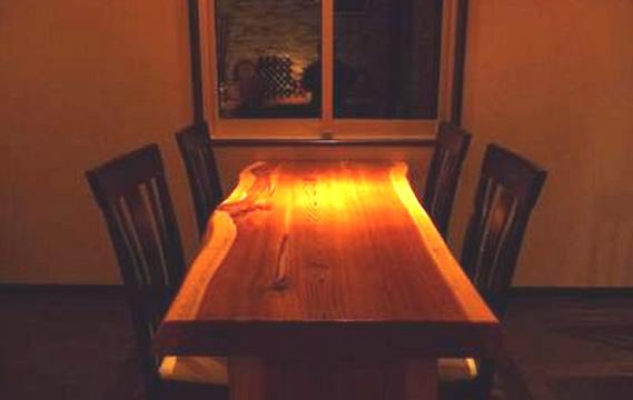 写真:天然杉の一枚板テーブル