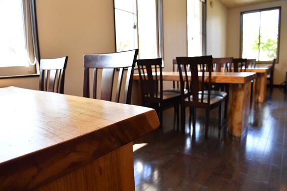 写真:ゆったりのテーブル間隔